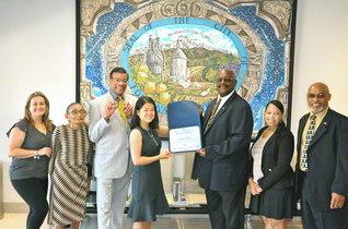 フォンタナ市庁舎を訪問したSGIの代表が記念のカメラに(同市庁舎で)