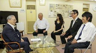 原田会長(左端)が東京・中野区の川崎久雄さん(左から2人目)一家と和やかに(右端から次男・英雄さん、長男・昌弘さん、長女・長島則子さん)