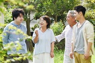 本年は森さんをはじめ、2人の息子も弘教を実らせた。家族での語らいが弾む(左から次男・駿介さん、森さん、夫・章さん、長男・一史さん)