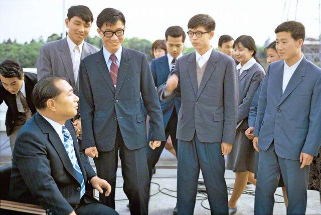 創価大学で学んでいた程大使(右端)ら中国人留学生を、創立者である池田先生が激励(1975年5月)。観桜会に先立ち程大使は、「新しい学生が入学していますから、改めて話しておきたい」と、スピーチに込めた真情を語った
