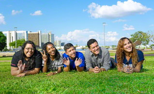 はつらつと友情のスクラムを広げるブラジル青年部の友(本年5月、首都ブラジリアで)