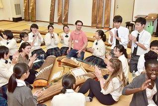 関西創価学園を訪問したゲルフ・ハンバー大学の学生が、箏曲部の友らと交流(大阪・交野市で)