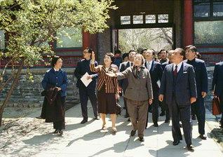 池田先生ご夫妻が周恩来総理夫人の鄧穎超氏の自宅を訪問(1980年4月、北京・中南海で)。鄧氏との会見は8度。中国人民の母との友誼の光彩は、時を経るごとに輝きを増す