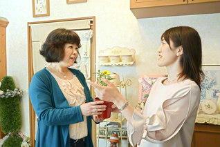 """婦人部の増澤さん㊧に日頃の感謝を伝える女子部の野沢さん。増澤さんは「これからも""""婦女一体""""で一緒に成長していきましょう」と"""