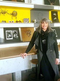 国立美術学院で教壇に立つベルゴンゾーニさん。学生たちの作品の前で