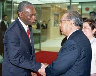創立者・池田先生と、モアハウス大学教授のカーター氏が再会(2002年9月、聖教新聞本社で)。現在、氏はSUAの理事として大学の発展に尽力する
