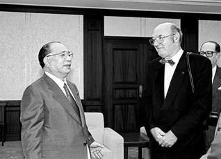 オーストリア芸術家協会会長のハンス・マイヤー氏を迎えて。会談では、池田先生と対談集を発刊したクーデンホーフ=カレルギー伯爵が芸術家協会の会員であったことなど、共通の縁も話題に(1992年8月26日、東京・信濃町の聖教新聞本社で)