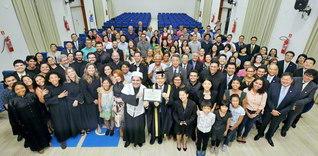フェヘイラ総長(中央左)ら「名誉博士号」授与式の参加者が記念のカメラに。式典には、ブラジルSGIのシラトリ理事長や地元SGIの代表も出席した(アマゾナス連邦大学で)
