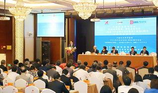 国際シンポジウムで寺崎副会長が登壇。論議の模様を日中両国の多くの主要メディアが報じた(北京の民族飯店で)