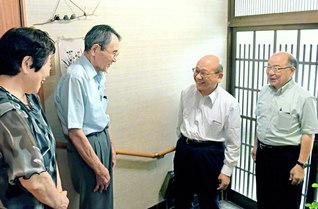 畑東海道長(右から2人目)が鈴木賢治さん・良子さん夫妻(左の2人)宅へ。「広布一筋で歩んできた勝利の姿ですね」と(8月24日、静岡市葵区内で)