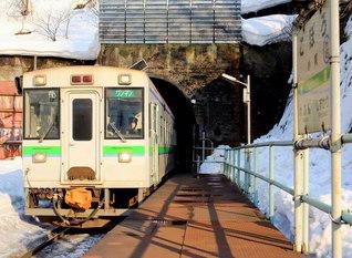 """「日本一の秘境駅」として知られるJR室蘭本線の小幌駅。周囲を急傾斜地に囲まれており、まさに""""陸の孤島""""だ(北海道豊浦町)=北海道支社"""