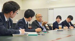 関西創価高校生へ温かなまなざしを向け、共に「平和の文化」構築をと語るチョウドリ元国連事務次長(中央、1月29日)