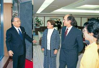 ノーベル平和賞受賞者のエスキベル博士ご夫妻と初めての出会いを結んだ池田先生ご夫妻(1995年12月、創価国際友好会館で)。博士は「以前から池田SGI会長の著作を読み、お目にかかるのを楽しみにしていました」と