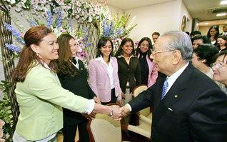 「よく来たね。うれしい。本当にうれしい!」――ベネズエラから来日した青年部の代表をたたえ、固い握手を交わす池田先生ご夫妻(2007年3月、創価大学で)