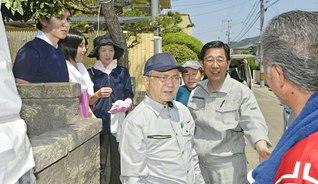 原田会長が被災した星川政寛さん(右から3人目)宅へ。長男の賢一さん(左端)、長女の幸恵さん(左から2人目)、妻の泰恵さん(同3人目)らを励ました(岡山市東区南古都で)