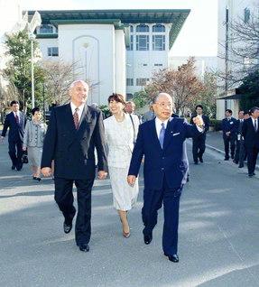 ゴルバチョフ元ソ連大統領と語らいながら、関西創価学園を歩く池田先生(1997年11月20日)