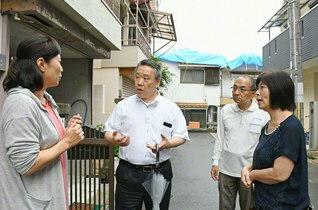 岡本総大阪長(左から2人目)が枚方市の友のもとへ。婦人部員は「同志と力を合わせて頑張ります」と