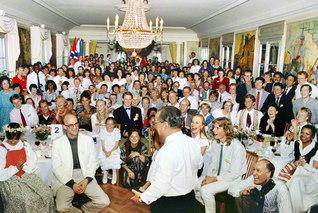 はじける笑顔また笑顔――「第1回SGI北欧総会」に出席した池田先生が、参加者と宝の思い出を刻む。一人を大切にする師の振る舞いを、北欧の友は永遠の原点として語り継ぐ(1989年6月4日、スウェーデンのストックホルムで)