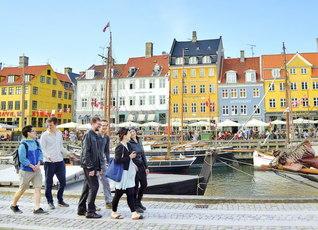 苦楽を分かち合いながら、共に幸福の人生を歩むデンマークの青年部。首都コペンハーゲンの名所「ニューハウン」で(本年5月)