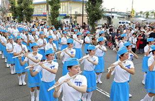 鼓笛隊が朗らかにパレード。羽衣まつり実行委員長の湯浅明氏は「洗練された演技・演奏に感銘を受けました」と語った(立川市内で)