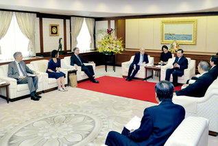 アルゼンチンのロンバルディ長官(左から4人目)と池田主任副会長らが和やかに語らう(民音文化センターで)