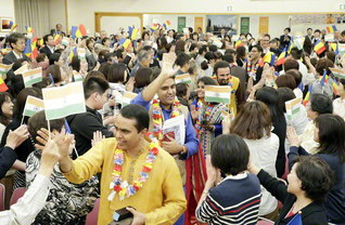 """全道で開かれた、インドの友との交流交歓会には、多くの友人も参加(26日、北海道文化会館で)。インドの友の姿に感動し、""""私も世界に広がる学会の一員になりたい!""""と入会を決意する人が相次いだ"""