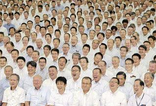 堂々たる王者の風格で進む総大阪壮年部。城東総区の友舞合唱団が歌声を披露した(関西池田記念会館で)