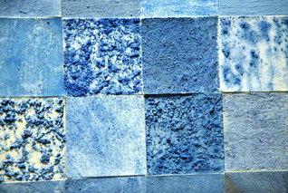 愛媛・新居浜市の「あかがねミュージアム」では、市民がラピスラズリという青色の鉱石を砕いて作った絵の具を使い、「青い壁」を制作するプロジェクトを進めている(監修=橋本弘安さん)。同じ鉱石を砕いても、粉砕方法や粉砕時の力は人によって異なるので、色も粒の大きさも十人十色となる