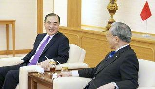 新任のあいさつに訪れた駐日中国大使館の孔大使㊧。新しい時代にふさわしい両国関係を共に築きたいと述べた(学会本部別館で)