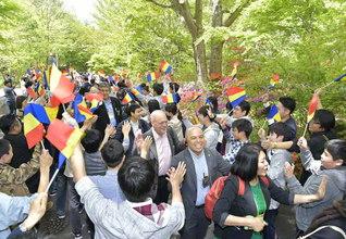 長野研修道場を訪れたSGIの同志を、未来部員200人らが盛大に歓迎。「私たちも勉学第一で池田先生のお役に立てる世界広布の人材に成長します!」と決意も凛々しく(12日)