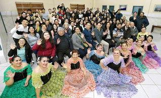 """イグアス支部総会の参加者が決意のカメラに。""""世界一の支部""""を目指し、団結第一の前進をと約し合った(先月10日、エステ市栄光文化会館で)"""