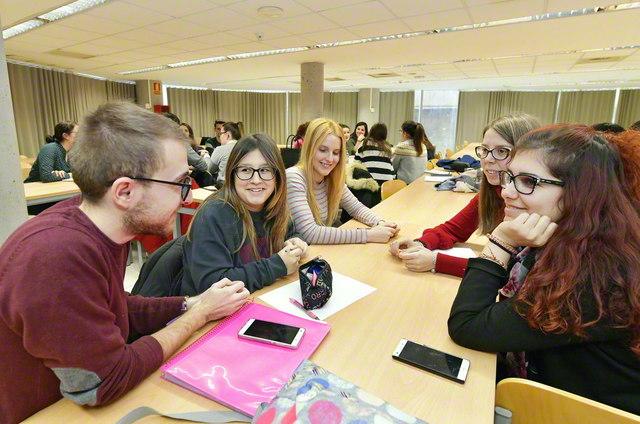 選択科目授業「幸福のための教育」を受講する学生たち。グループでの「対話」を重視する(アルカラ大学教育学部棟で)