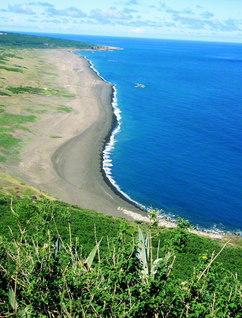 硫黄島の摺鉢山から見た米軍上陸地点=石原俊教授撮影