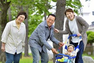 家族と一緒にいるだけで自然と笑顔に(左から妻・美代子さん、阿保さん、長女・圭奈さんと孫の光生ちゃん)
