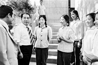 初訪中で北京大学を訪れ、学生らと語らう(1974年6月)。池田先生は後に、小説『新・人間革命』第20巻「友誼の道」「信義の絆」の章などで、同大学との交流の模様をつづっている