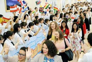 ウエルカム(ようこそ)!――未来部の友が、65カ国・地域から集った270人のSGIメンバーを歓迎(8月31日)