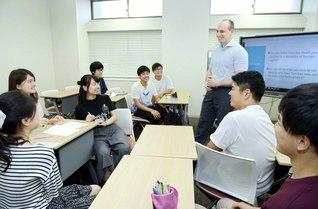 外国人教員のもと、世界の人権問題について英語で学ぶ法学部の授業(創大の中央教育棟で)