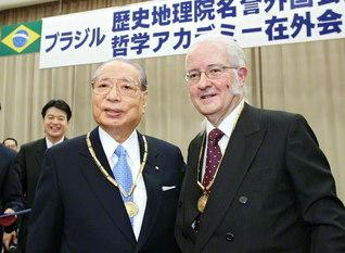 ブラジルの天文学者モウラン博士と池田先生が和やかに。両者は、大宇宙のロマンを巡って対談集『天文学と仏法を語る』を上梓している(2005年5月、東京で)
