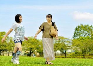 中学生になり、長女・歓菜さん㊧は一人で出掛けることが多くなった。アイドルが好きで、スマートフォンのアプリを使って写真を加工するのが好き。先日は友達と人気の映画を見に行った。「一緒にいる時間は少なくなりましたが、自立していく姿が頼もしい」と母・里美さん。朗らかに歩む娘を見守る