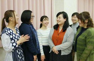 女子部の友に温かな励ましを送る西亀さん(右から3人目)