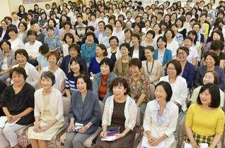 広布の宝城を守る「香城会」の友が朗らかに。鶴野美香さんが記念のピアノ演奏を披露した(創価世界女性会館で)