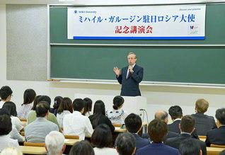 教育交流の重要性などについて、創価大学で講演するロシアのガルージン大使(東京・八王子市で)