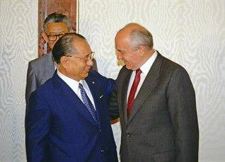 池田先生がソ連のゴルバチョフ大統領とモスクワのクレムリンで初会見(1990年7月)。以来、二人の語らいは10度を数え、対談集『20世紀の精神の教訓』が発刊されている