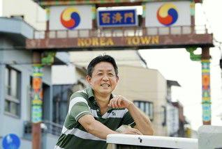 """父・哲司さんの遺志を継いで""""魂の故郷""""コリアタウンで生きる山本さん。「この地域に尽くすことが、私にとっての韓日友好の道です」と"""