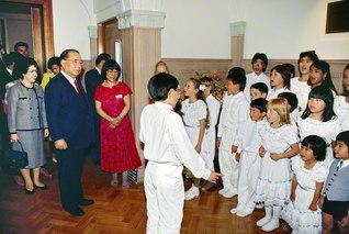 スウェーデン文化会館を訪れた池田先生を、少年少女の合唱が迎える。先生も歌声に合わせてリズムを取り、宝の未来っ子を励ました(1989年6月3日)