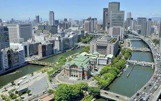 """堂島川と土佐堀川に挟まれた中之島に立つ「大阪市中央公会堂」は、常勝関西のシンボル。民衆勢力の台頭を恐れた権力によって1957年(昭和32年)7月3日、池田先生は無実の罪で不当逮捕された。同月17日に出獄した先生はその日、中央公会堂で行われた大阪大会で、2万の同志に師子吼した。""""最後は、信心しきったものが、また正しい仏法が、必ず勝つという信念でやろうではありませんか!"""""""