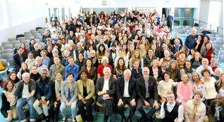 カナダの総会に集った友が笑顔で。これまで4度にわたって池田先生との出会いを結んだモントリオール大学元学長のシマー博士(最前列左から7人目)も共に(モントリオール文化会館で)