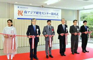 創価大学「南アジア研究センター」の開所式。インドのサンジェイ・クマール・ヴァルマ駐日大使(左から3人目)らがテープカットを(創大文系校舎C棟で)