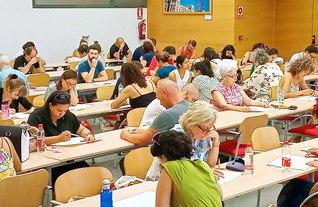 マドリード近郊のスペイン文化会館で行われた任用試験。受験者は研さんの成果を存分に発揮した