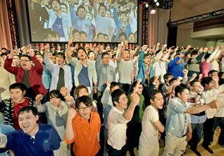 """大学校生らが、""""全国男幹""""のオリジナル曲を熱唱(4月22日、岡山で)。「後輩を自分以上の人材に」との精神のまま、この時を選び、立ち上がった、使命の大学校生を、総力を挙げて育成!"""